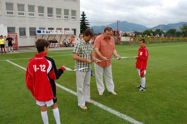Primátor Ján Blcháč (vpravo) s prezidentom Mestského futbalového klubu Tatran Liptovský Mikuláš Rudolfom Urbanovičom odovzdali pred zápasom do užívania nové sedačky a sociálne zariadenia na štadióne.