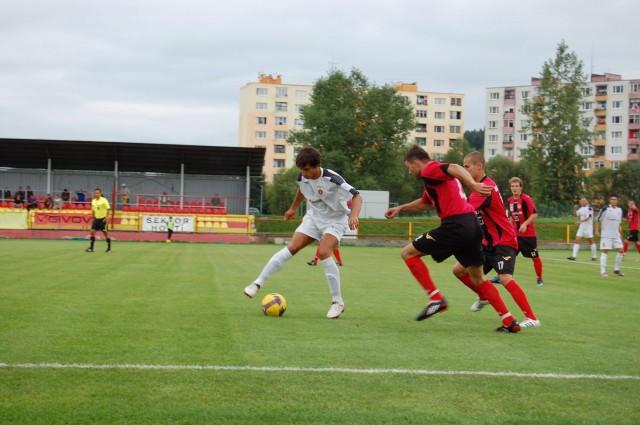 Tomáša Sedláka v drese rezervy Ružomberka (s loptou) stíhajú domáci hráči Milan Bezák a Vladimír Šlosár.